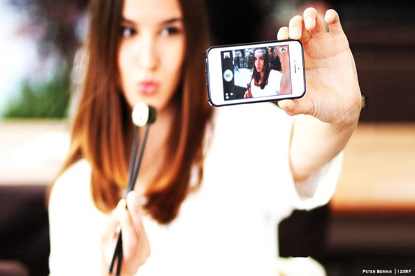 Easy Steps to take a Selfie Feature Image