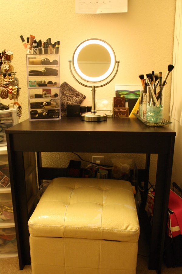 Clever Ways to Use Small Space for Dressing Table